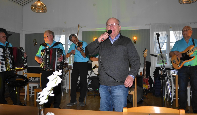 Jan Olsson hedrar Ebbe Jularbo, 100 år, genom att sjunga Vals på Österskär