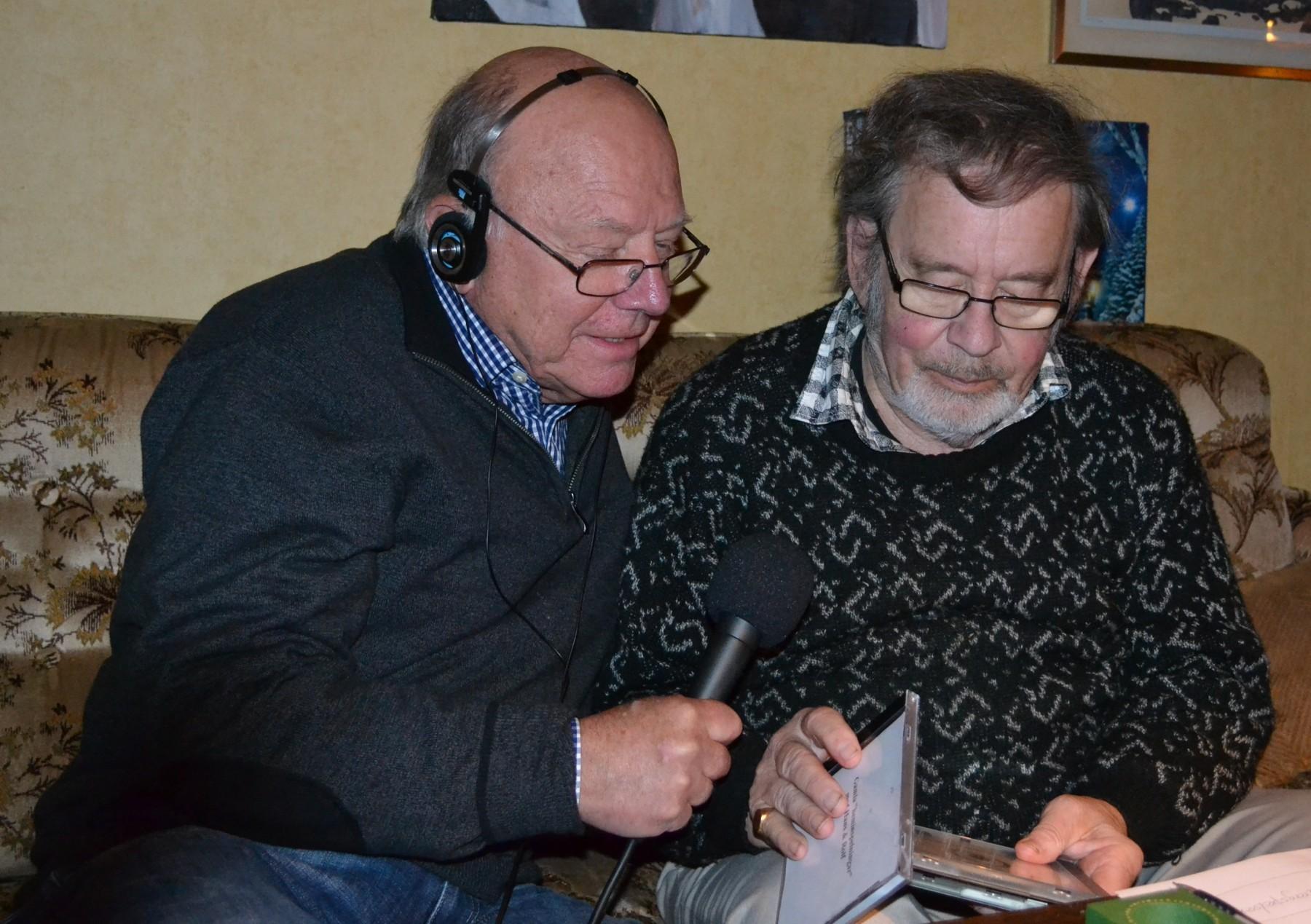 Rolf Dahlström t.h. samtalar med Jan Olsson.