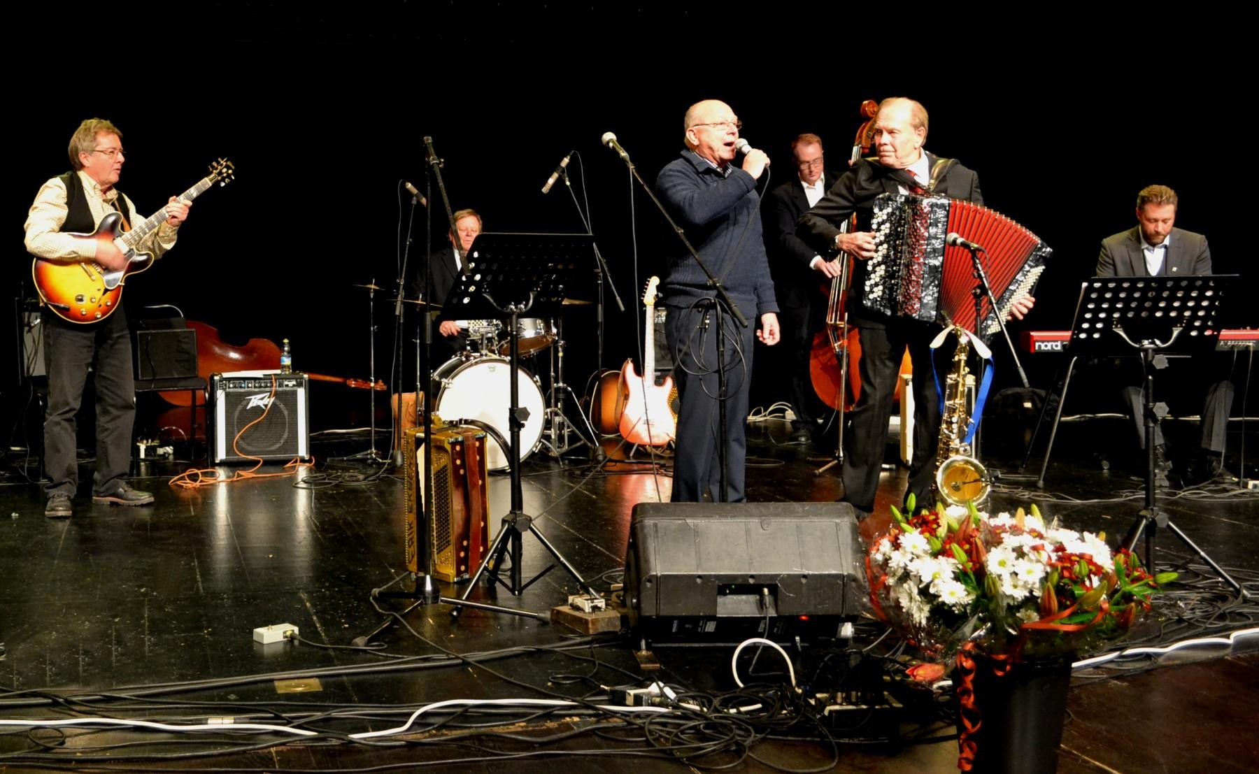 Webbredaktören Jan Olsson lockades upp på scenen för att medverka i Vals på Österskär, en komposition av Ebbe Jularbo som föddes för 100 år sedan.