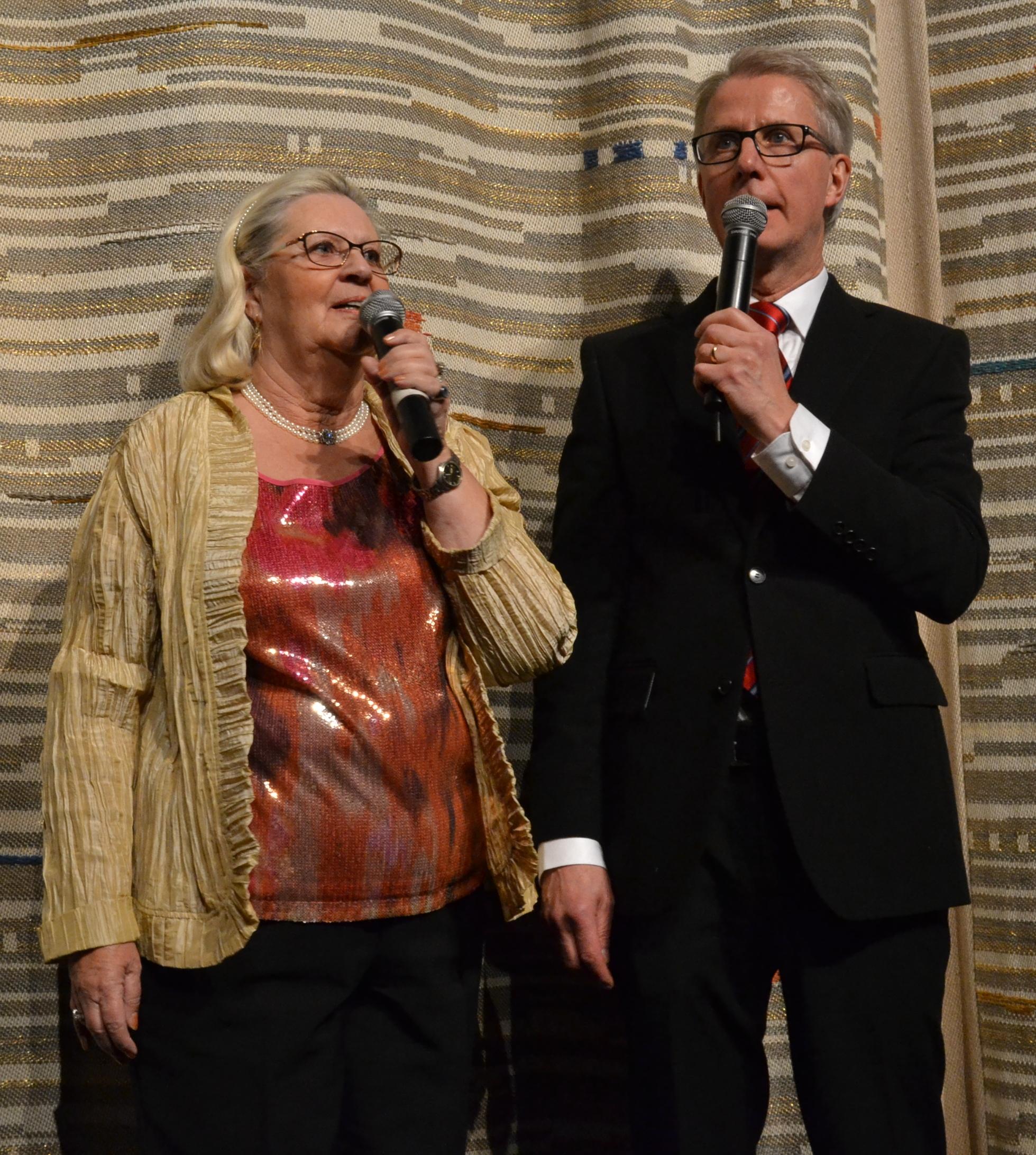 Lena Jularbo-Brauner och Håkan Pettersson programvärdar under konserten.