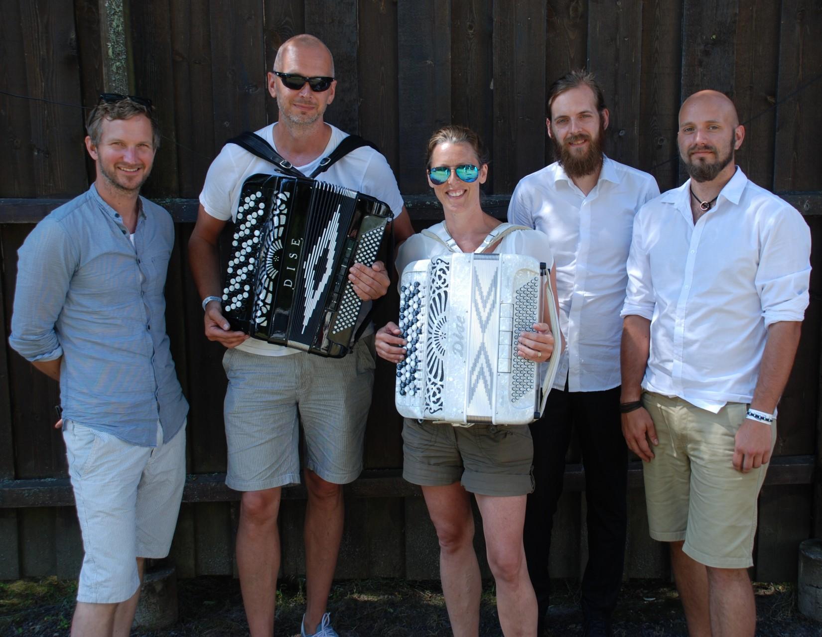 Joakim & Helén Brink tillsammans med kompmusiker från Frankly Speaking.